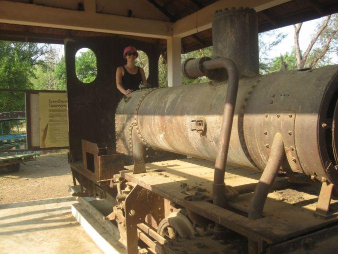 Vi hittade ett gammalt lok som lämnats av fransmännen! We found an old locomotive left by the Frednch!