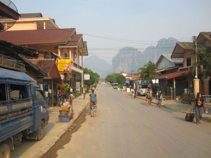 En gata i Vang Vieng med bergen i bakgrunden! A strreet in Vang Vieng with mountains in the background