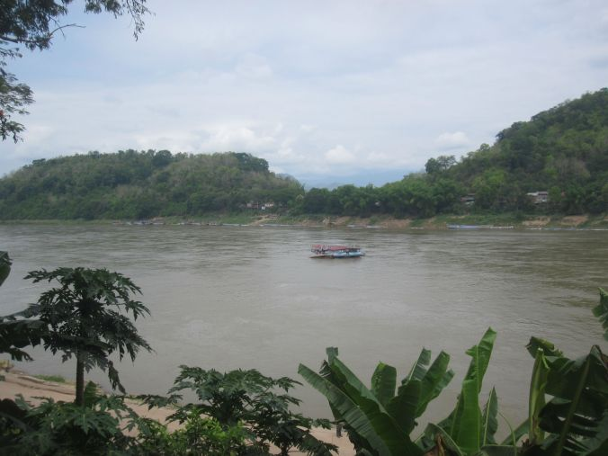 Luang Prabang ligger uppe bland bergen precis bredvid Mekongfloden! Luang prabang is situated  in the mountains right next to the Mekong river