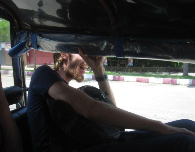 Mike fick inte riktigt plats i den tuk-tuk som vi delade in till Chiang rai! Mike was a bit tall for the tuk-tuk we shared in to Chiang Rai!
