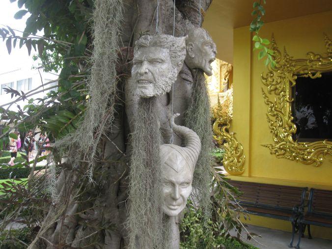 Träd med hängande huvuden (notera wolverine!). Trees with haning heads (note wolverine!)