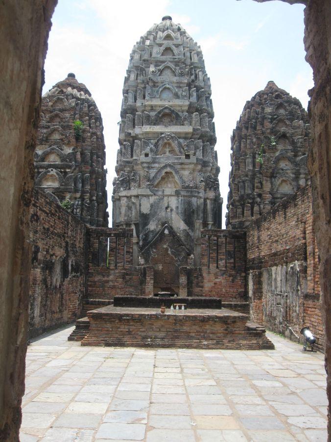 Wat Si Sawai! Ett av de äldsta templen i gamla Sukhothai och är från börja ett hindusikt tempel som gjorts om till buddistiskt. Här är blandningen av khmer, kinesisk och thai stil uppenbar! Wat Si Sawai! One of the oldest temples in the old Sukhothai and is from the start a Hindu temple that were transformed into a buddhist temple. At this temple the mixture of Khmer, Chinese and Thai style is really apparent!