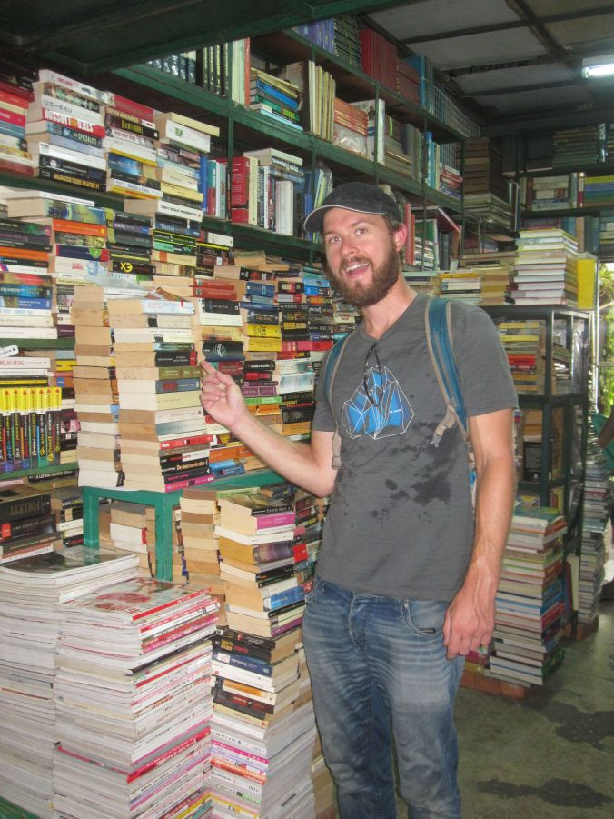 Pontus vid bokhögen i Chatuchakmarknaden där allt hände :)! Pontus at the pile of books in Chatuchak market where it all happened :)!