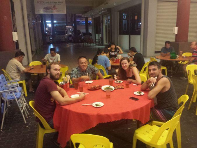 Pontus tillsammans med Djungle Jack, Chony och David medan vi väntar på maten. Pontus together with Djungle Jack, Chony and David while we were waiting for the food!