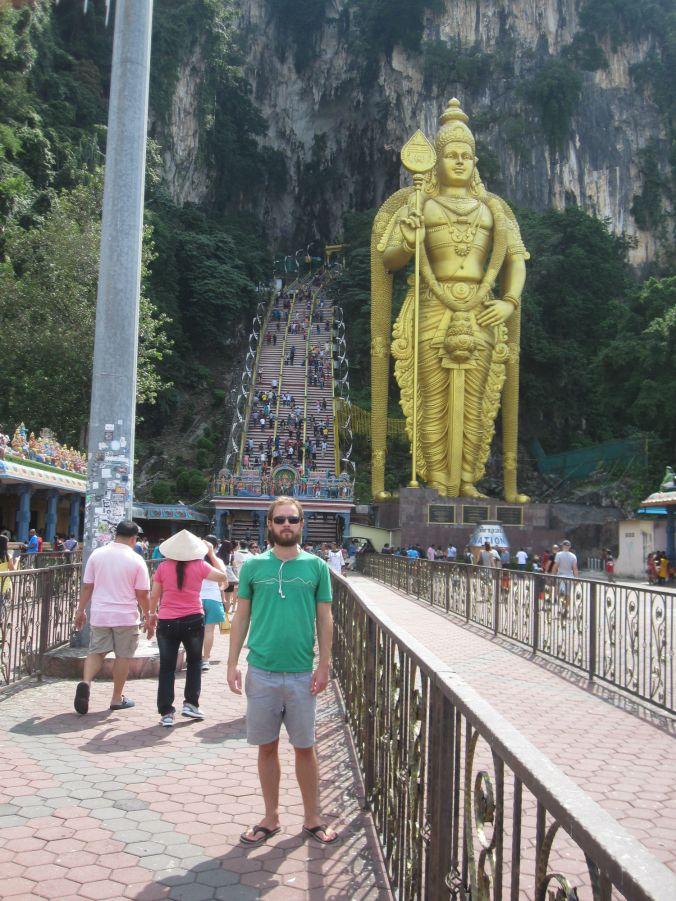 En 42,7 m hög staty av Lord Mutugan väntade vid ingången till en av Batugrottorna! A 42.7 meter high statue of Lord Murugan waited at the entrance to one of the Batu Caves!