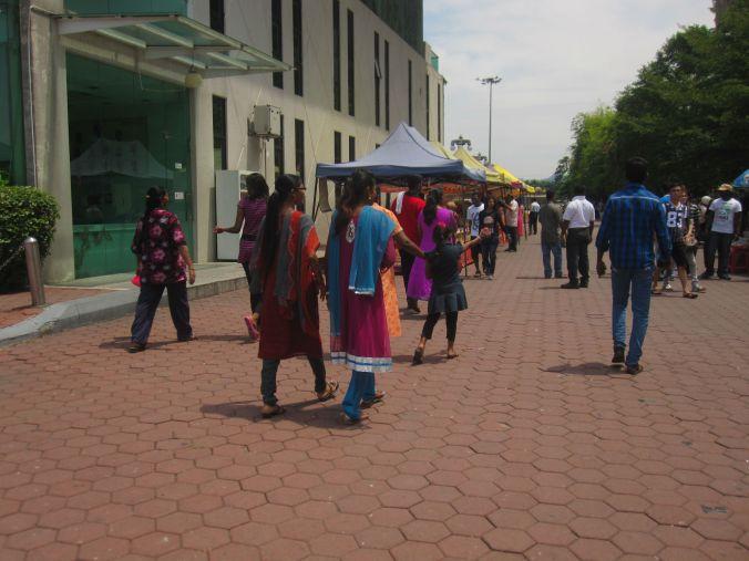 Härligt färgglada kläder som både kvinnor och män bär inom hinduismen! Lovely colorful clothing that both women and men carry within Hinduism!