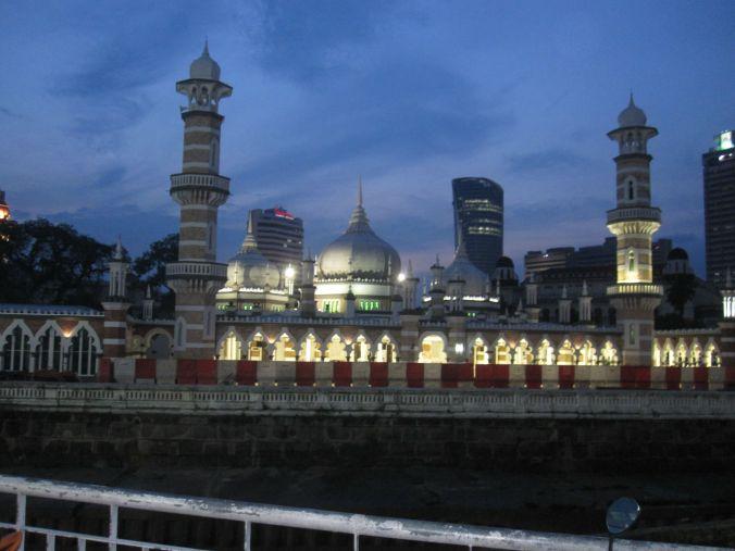 En upplyst moské! An illuminated mosque!