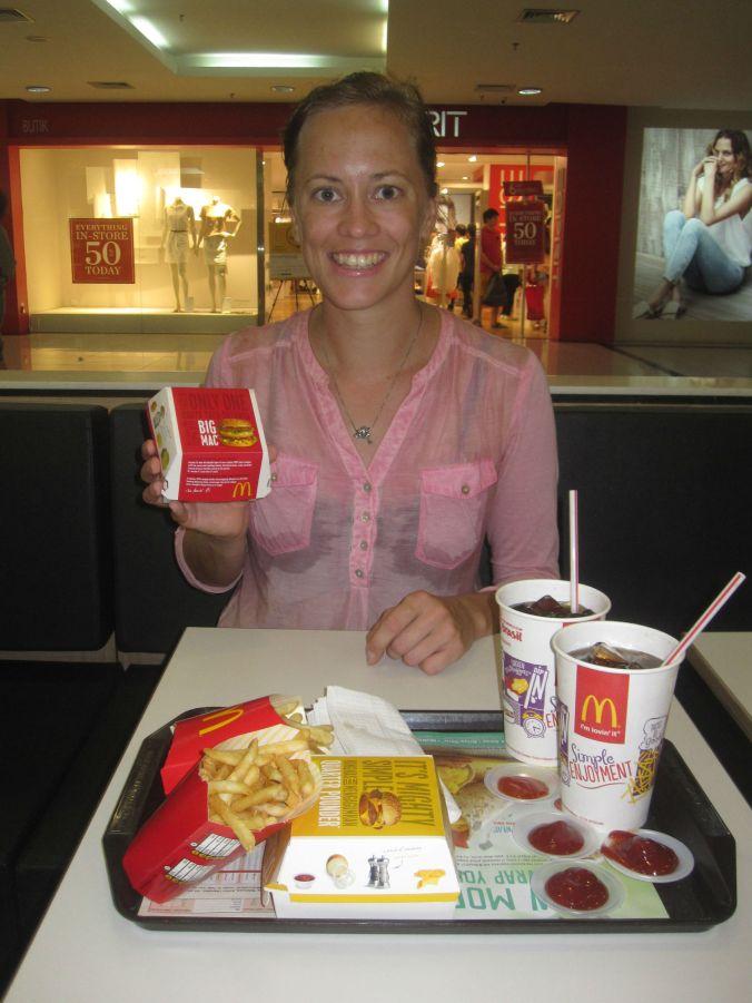 Provade Big Mac-index för första gången utomlands och kan meddela att det är ca 50% av Sveriges Big Mac-pris! Tried Big Mac Index for the first time abroad and we can report that it is about 50% of Sweden's Big Mac price!
