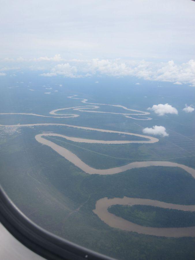 Om man inte vill flyga till Mulu så ska det gå att åka båt upp med den slingrande floden. It should be possible to take a boat up the winding river if you don't want to fly to Mulu.
