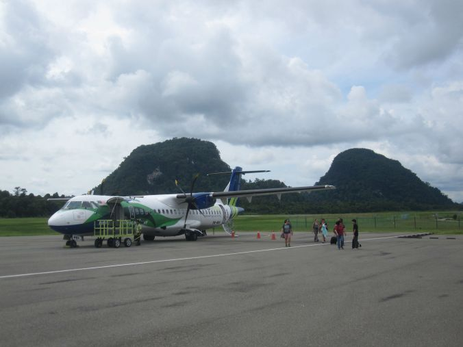 Här får ni en tjuvtitt på nästa inlägg och det blir en bild från flygplatsen i Mulu precis efter att vi har landat. Here you get a sneak peek at our next blog post and it is an image from the airport in  Mulu just after we have landed.