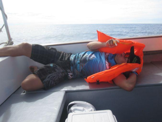 Dykinstruktör Simon (från Jönköping) passar på att vila inför kommande dyk Diving instructor Simon (from Jönköping) took the opportunity to rest before the dives!