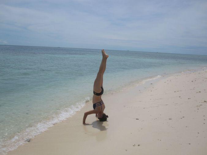 Ulrika står på huvudet på Sipadan! Ulrika standing on her head on Sipadan Island!