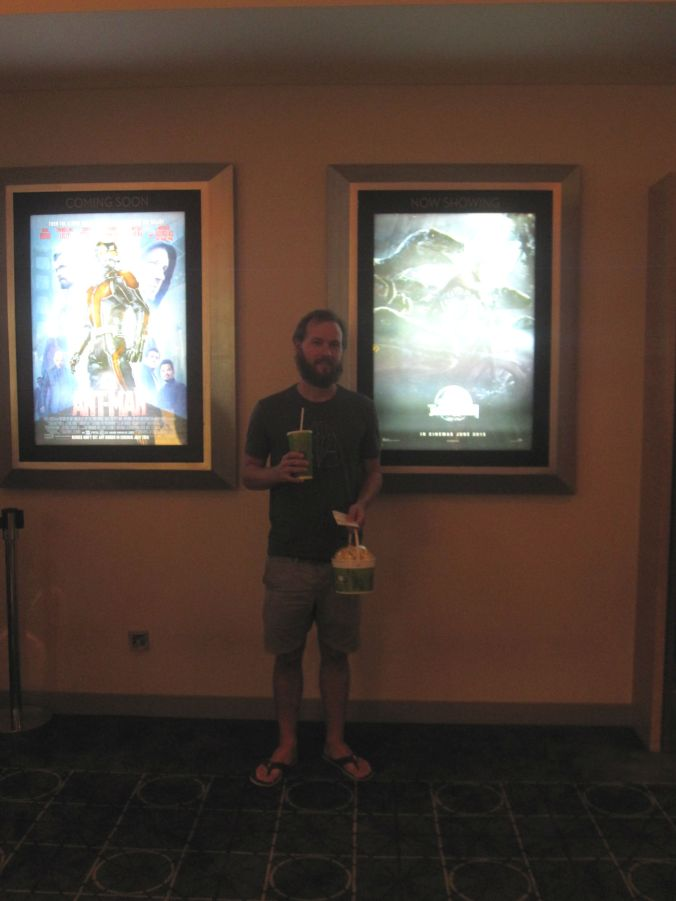 Popcorn och bio hör ihop! BIljetten till Jurassic world kostade endast en fjärdel av priset hemma! Popcorn and movies go together! The ticket to Jurassic World costing only a quarter of the price at home!