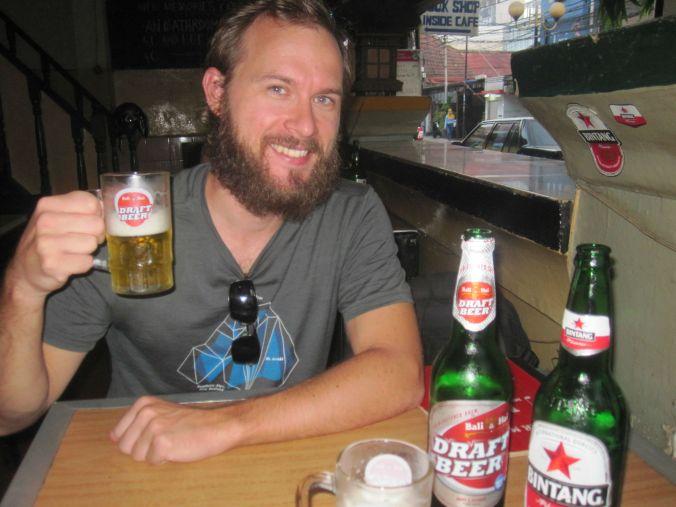 Vi hittade öl i Jakarta och vi var väldigt glada för det! We found beer in Jakarta and we were very happy about it!