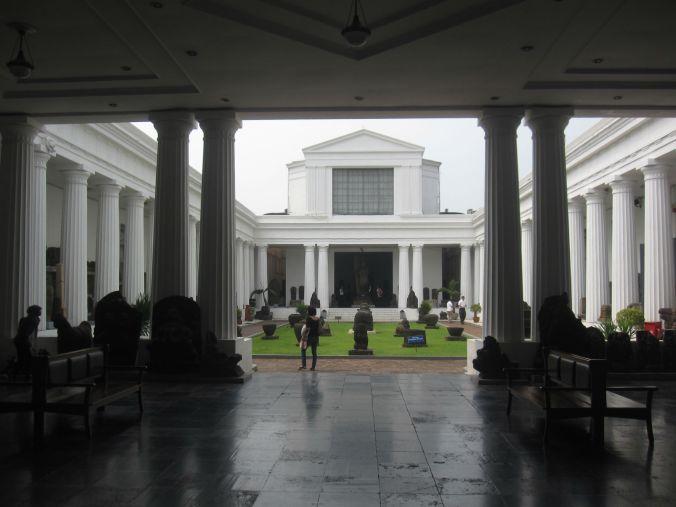En innergård fullt med hinduiska skulpturer! A courtyard full of Hindu sculptures!