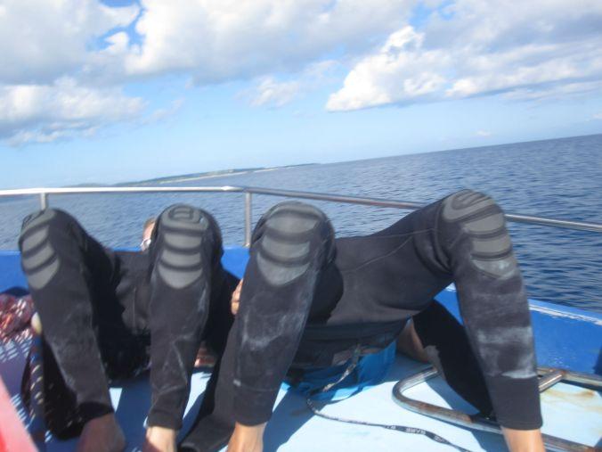Lite krångligt att få på sig våtdräkten på en skumpande båt! Problematic to get in to the wetsuit on a bumpy boat!