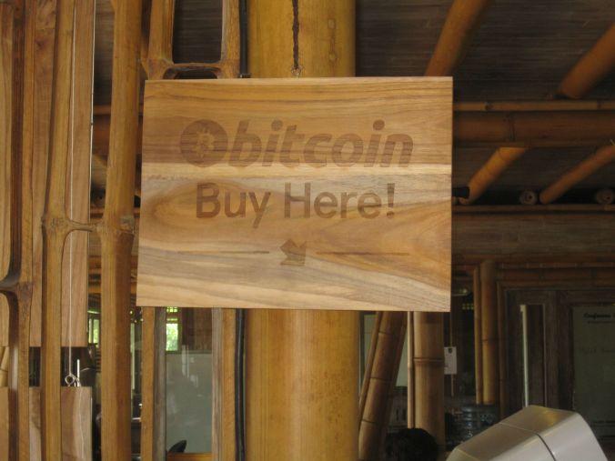 Vår första erfarenhet av en bitcoin uttagsautomat var här i Ubud! Our first encounter with a bitcoin ATM was here in Ubud!