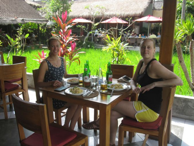 Lunch vid ett av våra favoritställen i Ubud (Pissari Bali café) med utsikt över risfälten! Lunch at one of our favorite places in Ubud (Pissari Bali cafe) overlooking the rice fields!