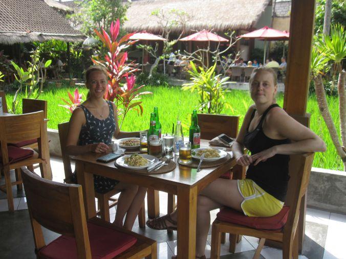 Lunch vid ett av våra favoritställen i Ubud (Pissari Bali café) med utsikt över risfälten! Lunch at one of our favorite places in Ubud (Pissari Bali cafe) overlooking the rice fields!