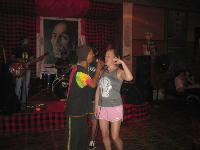 Sedan gick vi till en reggaebar för att lyssna på musik och dansa. Rebecca blev uppdragen på scenen och fick sjunga med sångaren efter att vi ivrigt pekat på henne ;)! Then we went to a reggae bar to listen to music and dance. Rebecca was dragged up on stage to join the singer for a song after we eagerly pointed him to her ;)!