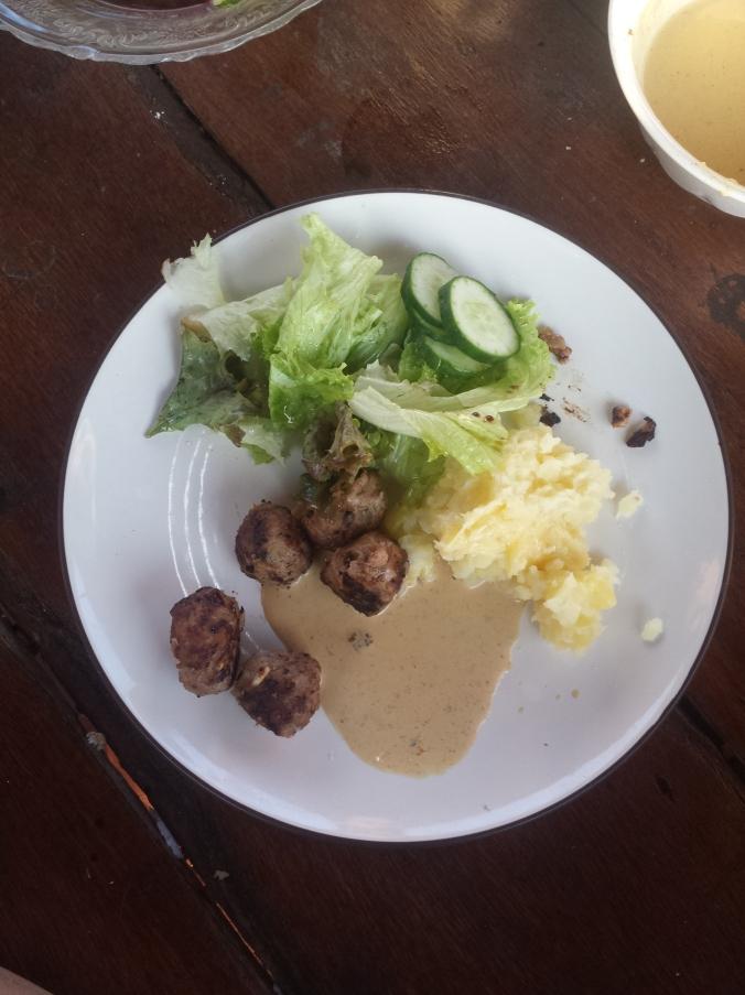 Carolines jättegoda köttbullar med improviserad brunsås. Delicious meatballs with improvised brown sauce that Carline made for us