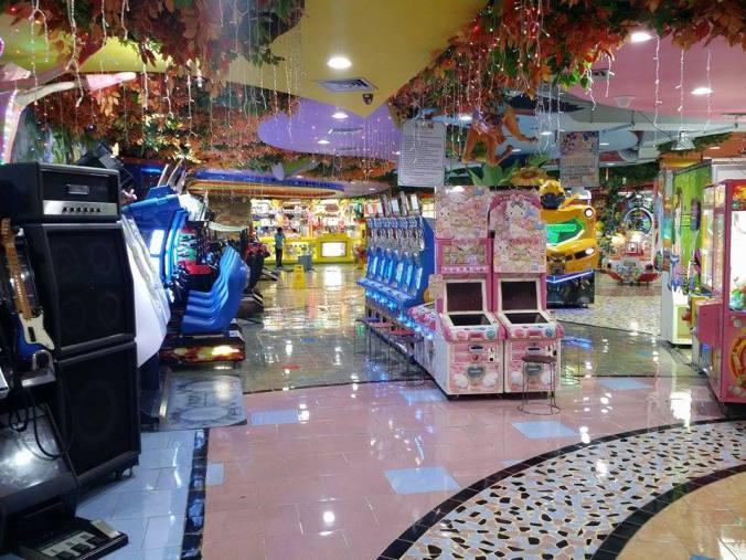 Vi hittade en spelhall! We found an arcade room!