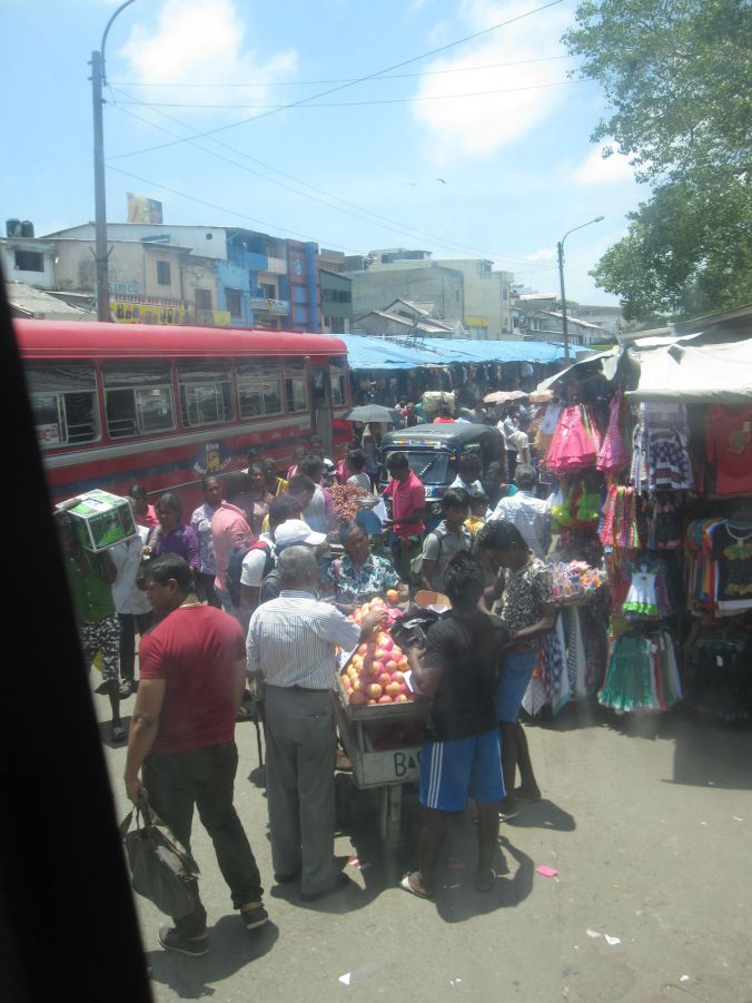 Marknad i Colombo precis bredvid busstationen! Market in Colombo, just next to the bus station!
