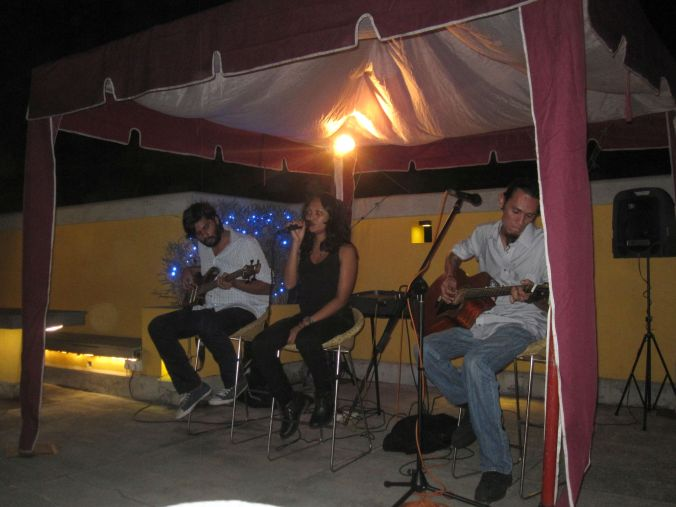 Sajana, Sherry och Germaine spelar på på Cloud Café i Colombo! Sajana, Sherry and Germaine playing at cloud café in Colombo!