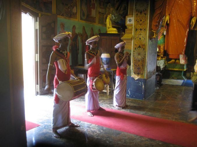 Det är en buddhistisk festival i landet för att ära gudarna! It is a Buddhist festival in the country to honor the gods!