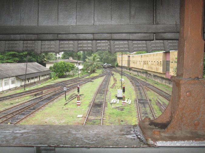 Tågstationen i Colombo! VI gillar bilden och den känns ganska spöklik! The train station in Colombo! We like this picture and it feels kind of spooky!