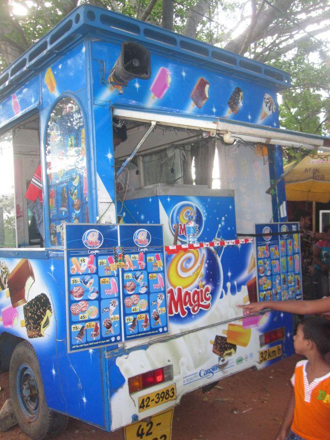 Många skönspelande glassbilar finns här! There are many ice cream trucks here!