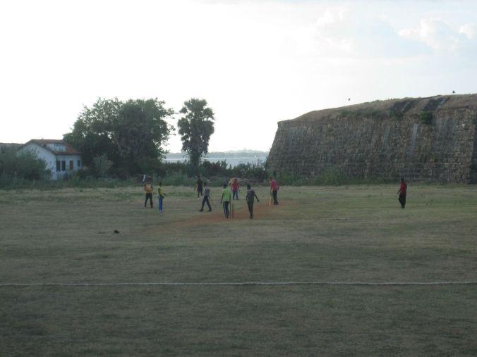 VI fick se en cricketmatch utanför fort Frederick! We got to watch a game of cricket outside fort Frederick!