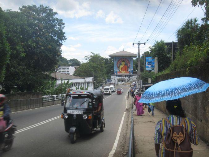 En gata i Kandy! A street in Kandy!