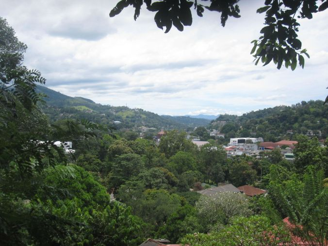 Utsikt över Kandy stad som ligger i ett hav av härlig grönska! Views of Kandy town located in a sea of beautiful greenery!