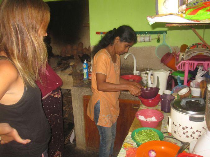 Harshani visar oss hur man gör egen kokosmjölk! Harshani is showing us how to do your own coconut milk!