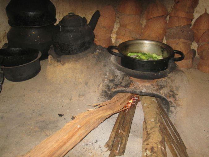 Laga mat med en öppen vedeldad häll! Cook with an open wood-burning kitchen stove!
