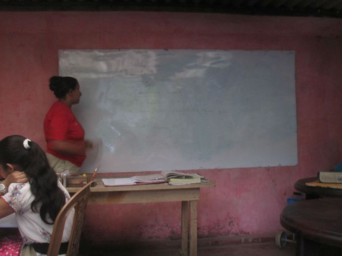 Santhoshini håller i sin engelskalektion. Hon driver det privat hemifrån och hon är riktigt duktig lärare! Santhoshini (Nuwan's sister) is holding her english class! She has private courses at her home and she is a really good teacher!