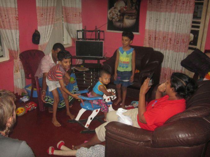 Chadika och Santhoshini med deras barn Tarushi, Hirushi (de är identiska tvillingar) och deras lillebror Ayen! The Chandika and Santhoshini family with Tarushi, Hirushi (they are identical twins) and their younger brother Ayen!