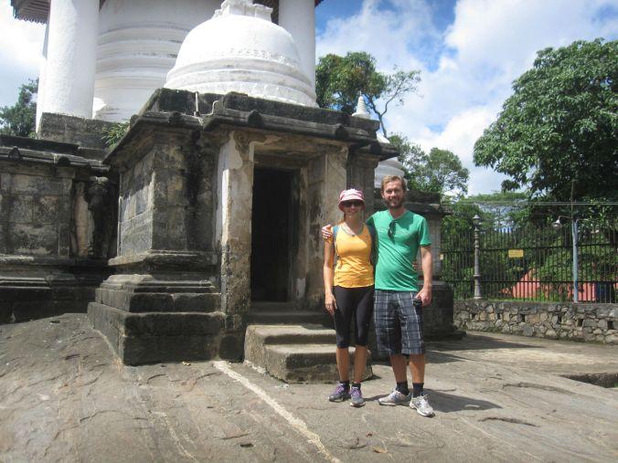 Vårt första stopp för dagen var Gadaladeniyatemplet! Our first stop of the day was the Gadaladeniya temple!