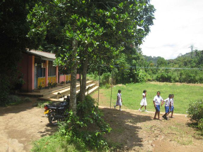 VI gick förbi en liten skola med glada, lekande barn! We walked past a small school with happy children that were playing!