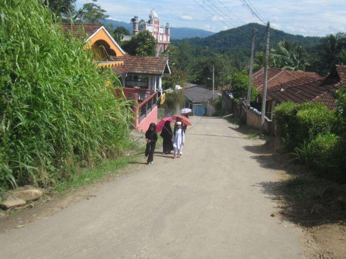 Vi gick igenom en muslimsk by och mötte glad barn som var på väg hem från skolan! We went through a Muslim village and met happy children who were on their way home from school!