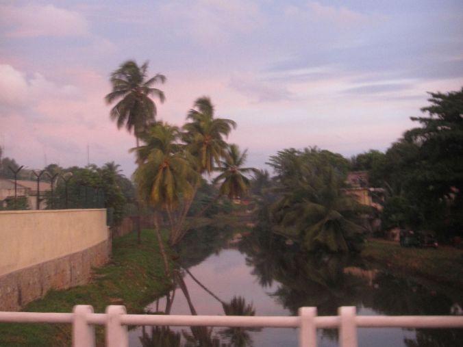 I Colombo på en buss i skymningen. In Colombo on a bus during the twilight.