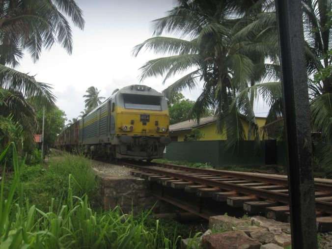 tåg som går genom HIkkaduwa. A train that passes through Hikkaduwa!