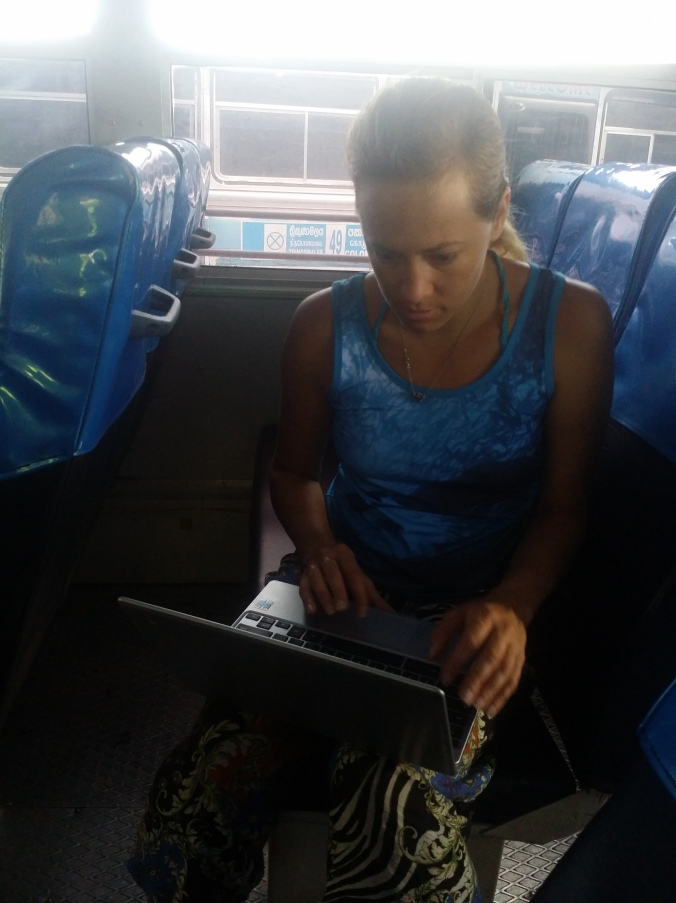 Ulrika jobbar med ett blogginlägg på bussen mellan Trincomalee och Kandy :)! Ulrika is working on a blog post on the bus between Trincomalee and Kandy :)!