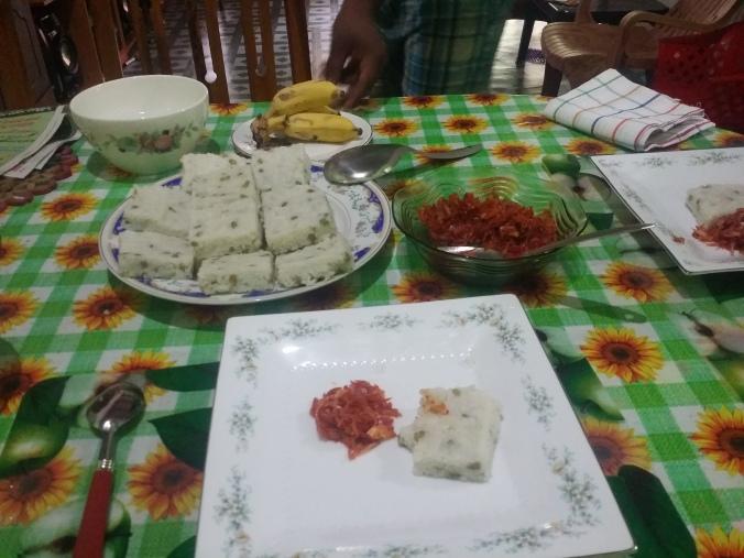 En av frukostarna som Harshani lagat till oss. Riskakor med chili dip! Supergott! One of the breakfasts that Harshani cooked for us. Rice cakes with chilli dip! So good!
