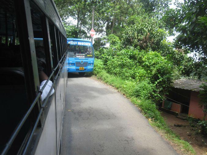 Inte lätt att passera mötande bussar på sträckan Munnar-Kumily! Not easy to pass oncoming buses on the route between Munnar and Kumily!