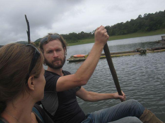 Vi satte oss på bambuflotten och paddlade vidare längre in i nationalparken! We sat on the bamboo raft and paddled further into the national park!