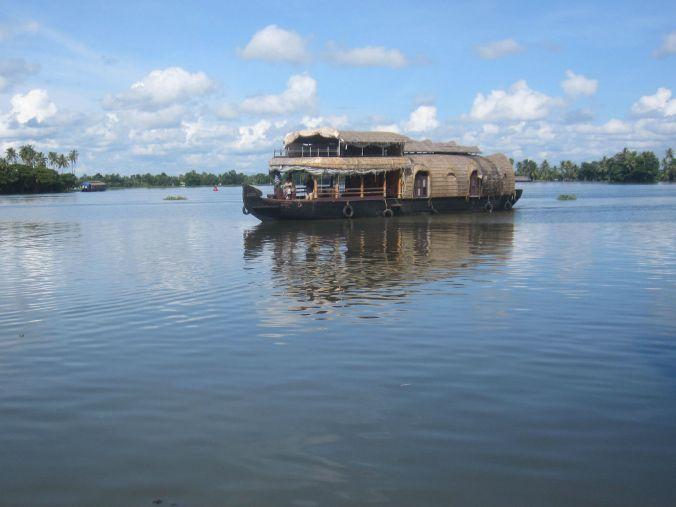En av många husbåtar som åker omkring i Kerala back waters! A houseboat among others that drives around in Kerala Backwaters!