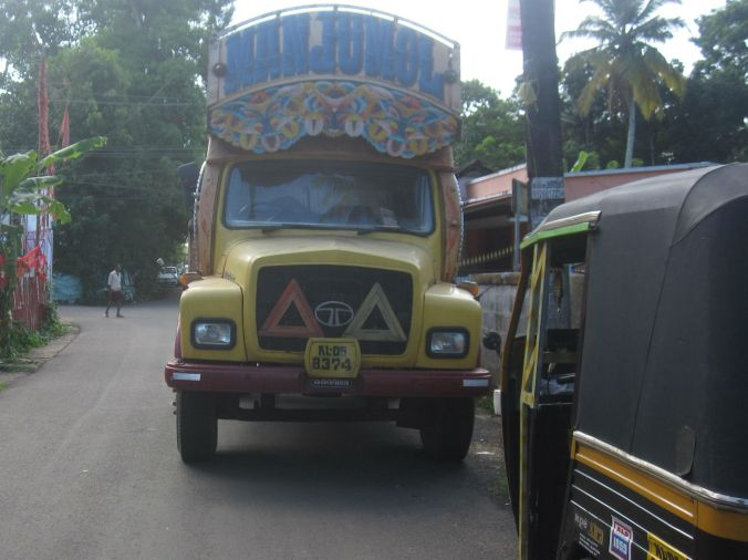 Väldigt utsmyckade lastbilar finns också i Indien! Very decorated trucks can also be found in India!
