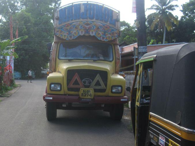 Väldigt utsmyckade lastbilar finns också i Indien! Very decorated trucks can also be found in India!